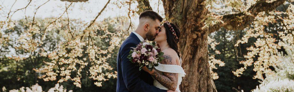 Farbfoto Brautpaar Hochzeit im Wald Essen